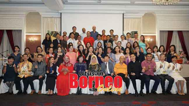 Fatimah (tengah) begambar begulai enggau pesereta kus maya Pengerami Graduasyen Kus Apai Indai di Sarawak Club ditu, malam ensanus. Sama bisi dipeda Noriah (lima kiba).